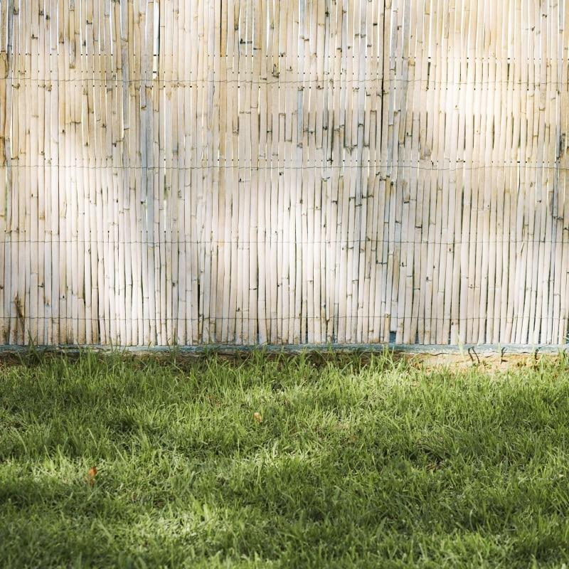 Sichtschutz für Terrasse - Sichtschutzzaun Bastmatte an Rasenkante